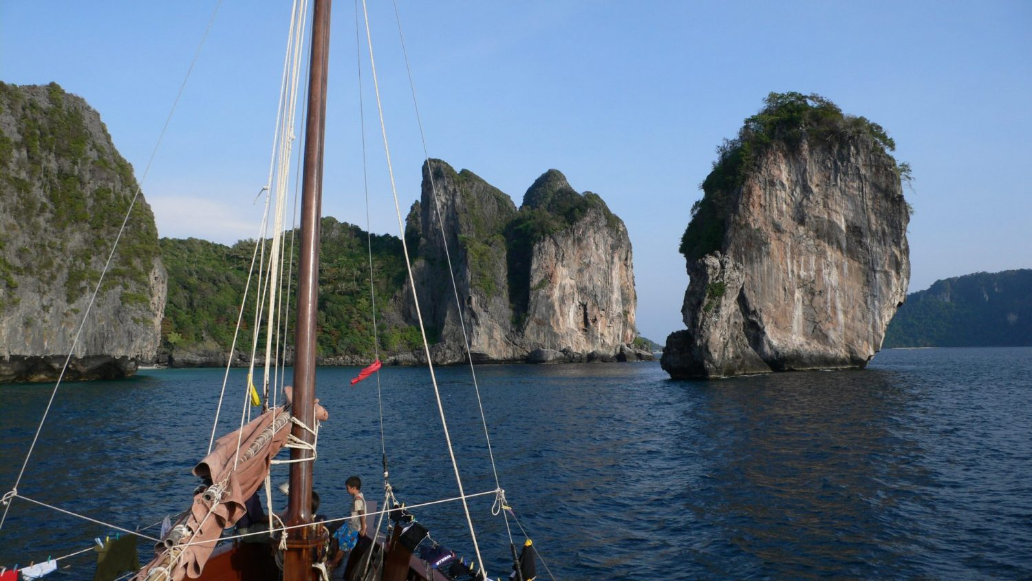 Dauw Talae Junk Cruises in the Andaman Sea between Phuket and Krabi